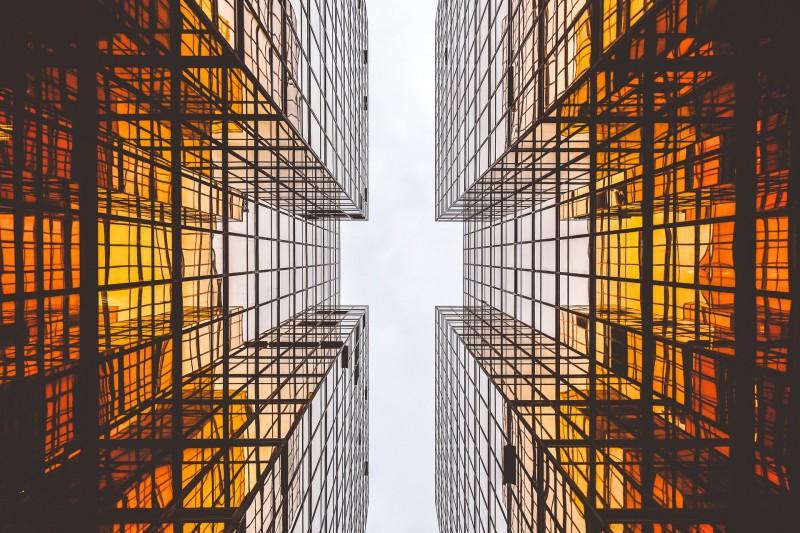 Wolkenkratzer aus der Ameisen-Perspektive als Synonym für den vielschichtigen Aufstieg von Frauen in Führung