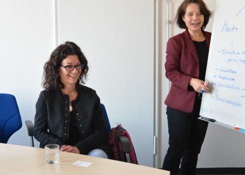 Simone Schönfeld (rechts) gibt Mentee Veronika Köpf (links) und Mentorin Gerhild Buchwald-Kraus eine Einführung ins Mentoring
