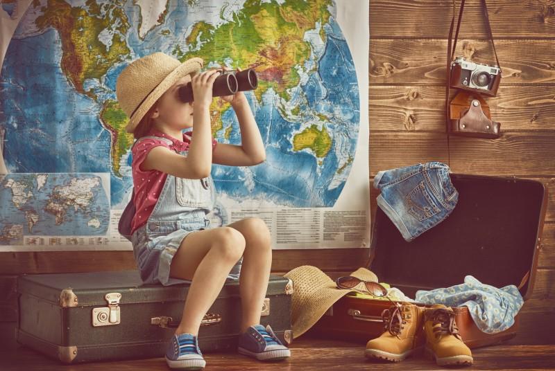 Ein neugieriges Mädchen blickt mit dem Fernglas in die Zukunft