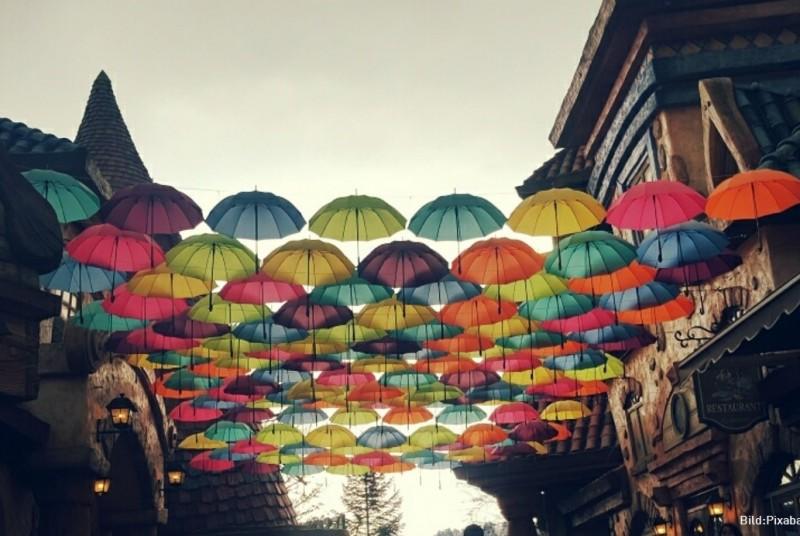 Bunte Regenschirme als Sinnbild für Diversity