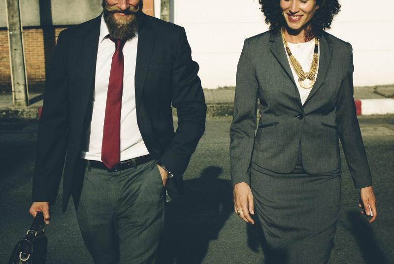 Frau und Mann im Business-Outfit