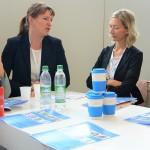 Dr. Maike Kolbeck, Referatsleiterin Unternehmenskommunikation und Pressesprecherin der Bayerischen Versorgungskammer, im Austausch mit interessierten KarriereMeetUp-Teilnehmerinnen.