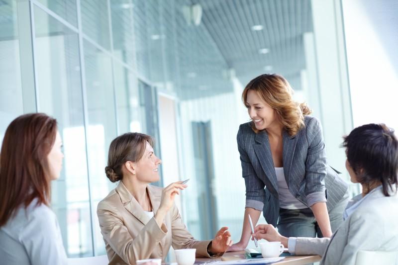 Vier Frauen unterhalten sich im Businesskontext - by Shutterstock