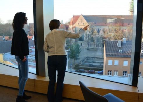 Gerhild Buchwald-Kraus (rechts) zeigt Veronika Köpf (links) den Ausblick des neuen Besprechungszentrums