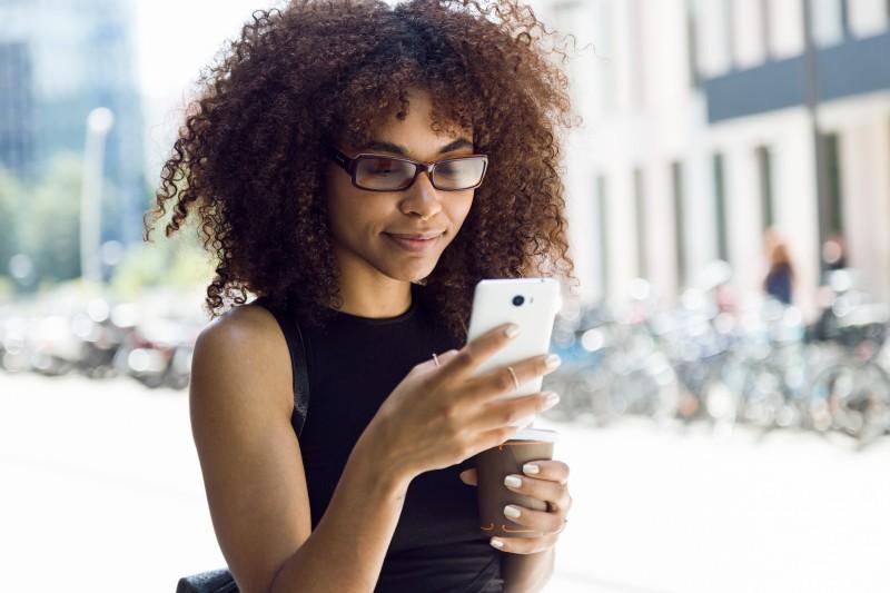 Business-Frau mit Smartphone