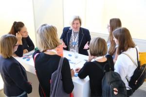 Dr. Karin Thelen, Leiterin der Qualitätssicherung der Stadtwerke München im Gespräch beim Karriere MeetUp