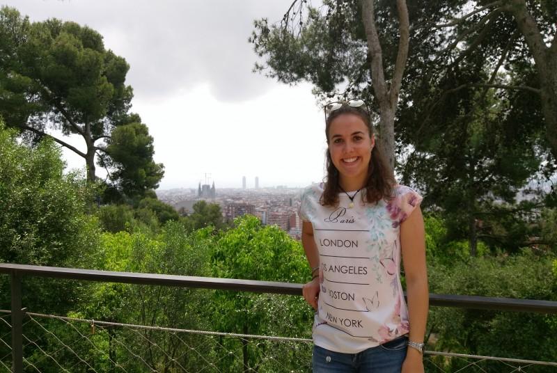 Sarah Sedlmayr während ihres Aufenthalts bei EUROPROP INTERNATIONAL in Spanien, hier vor der Silhouette von Barcelona